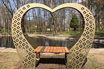 Modus daroval Lípě srdíčkovou lavičku