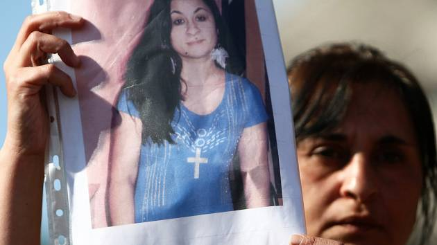 Loňská demonstrace, kterou na náměstí v Novém Boru svolali příbuzní a přátelé zavražděné Evy Horváthové. Chtěli upozornit na to, že policie sice obvinila Milana Oračka z vraždy, ale vyšetřovala ho na svobodě a ani nepožádala soud o uvalení vazby.