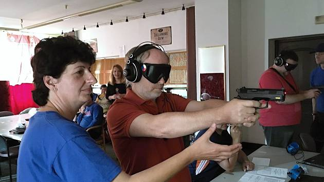 Asistenti střelcům pomáhají při zacílení na terč.