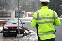 Přímo v lampě skončil svou jízdu včera třipadesátiletý řidič volkswagenu golf v Novém Boru nedaleko stadionu Jiskry Nový Bor. Mimo silnici ho vynesl smyk na ledu.