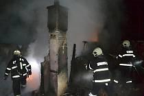 Požár rekreační chaty v borovém lese u Stvolínek byl na operační středisko ohlášen v sobotu v 01:15. To už stála chata v plamenech.