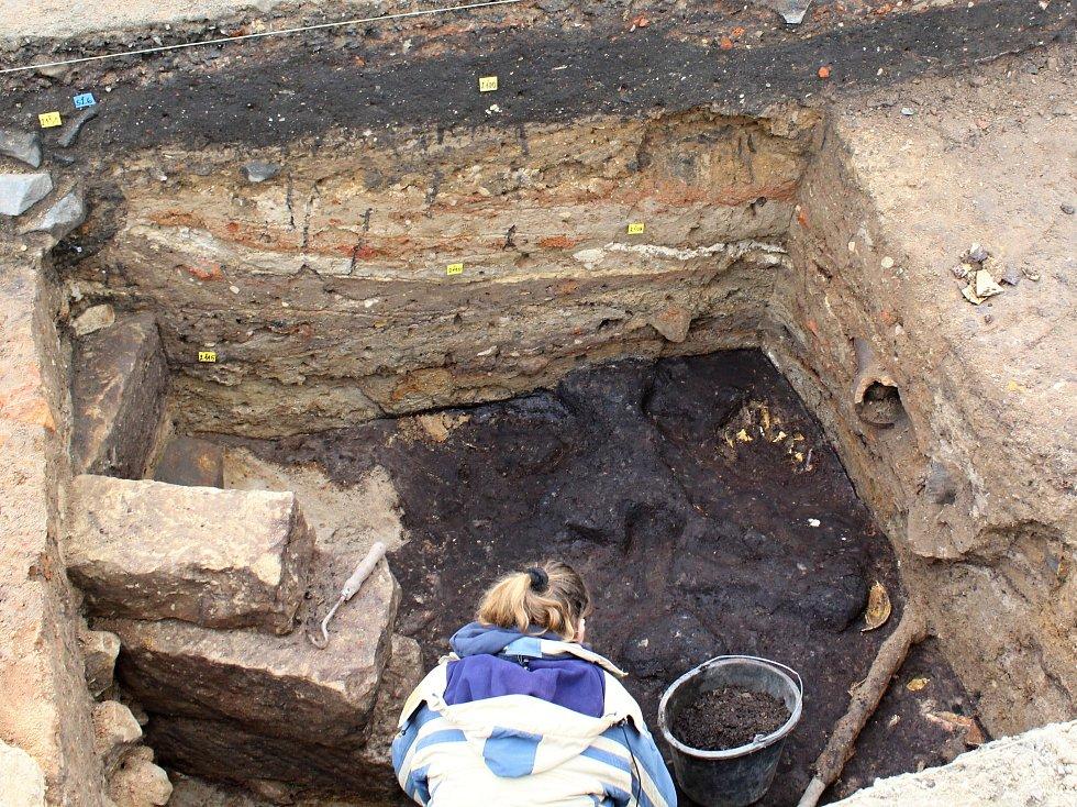 Archeologové odhalili i historické spáleniště.