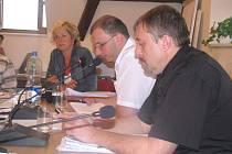 Nový starosta Jindřich Mareš, předseda volební komise Jiří Skřivan a bývalá starostka Stanislava Silná