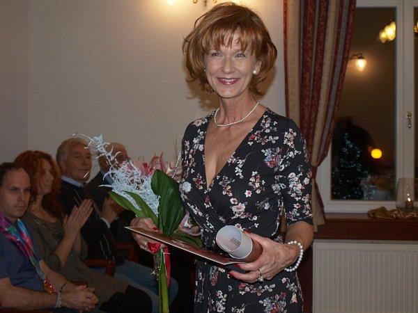 Za dlouhodobou práci voblasti kultury převzala poděkování Renata Grolmusová, scénografka, výtvarnice a kostymérka divadelního klubu Jirásek, která letos slaví významné životní jubileum.