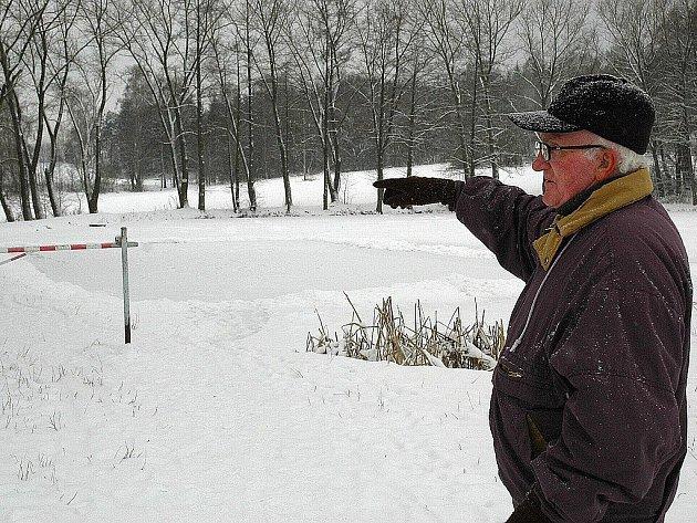 Očitým svědkem řádění pubertální mládeže u rybníka Veseláku ve Cvikově byl několikrát i pětasedmdesátiletý František Červinka. Ten ukazuje, kam si dřív místní chodívali v klidu posedět.