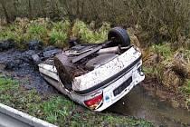 U Brniště havaroval řidič. Auto zůstalo na střeše