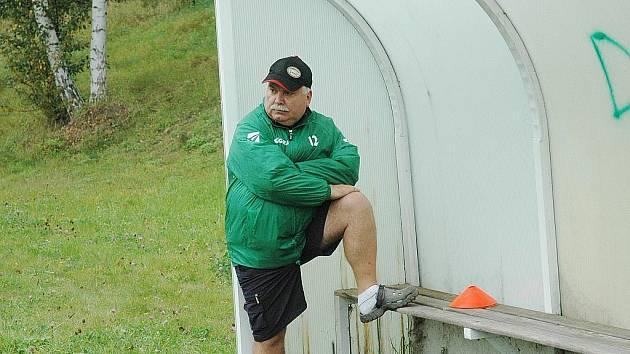 Ještě minulý týden koučoval trenér Jablonného Jaromír Hetver své mužstvo  proti Starým Splavům v kraťasech. Dnes  je počasí na vyteplené kalhoty.
