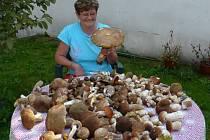 Hana Houbková se svým houbovým úlovkem