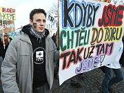 Demonstrace studentů před krajským úřadem.