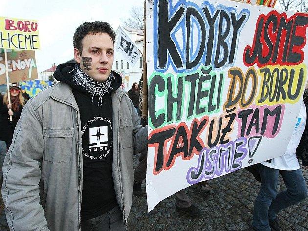 Záměr sloučit sklářské školy na Českolipsku vyvolal vlnu protestů. Svůj názor vyšli do ulic vyjádřit i šenovští studenti.