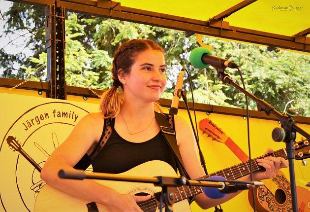 Karolína Hylská je 18letá strážská písničkářka, která se nedávno přestěhovala do Liberce.