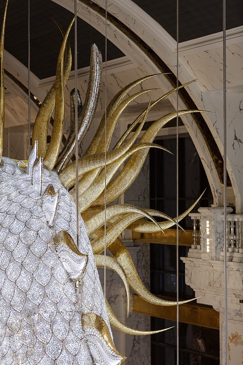 Dva dvaceti tunoví draci z kovu a skla se vlní nad hlavami návštěvníků hotelu Imperial Pacific na ostrově Saipan v Tichomoří.