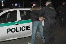 Takto zachází policisté s opilým řidičem