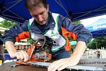 Jak rychle dokáže nasadit řetěz na motorovou pilu, ukazuje jeden ze soutěžících Jan Vorlíček.
