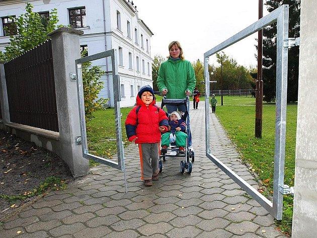 Nové oplocení u Základní školy v Kuřívodech zlepší bezpečnost místních dětí.