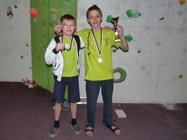 Medailisté z Nového Boru. Bronzový Adam Filip a vítěz mezi mládeží Jan Šimůnek.
