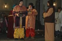 Živý betlém v podání Divadelního spolku Havlíček Zákupy diváky nadchl. Po skončení vystoupení si všichni zazpívali spolu s herci známé české koledy.