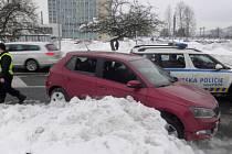 Kradenou fabií naboural vozidla státních i městských policistů.