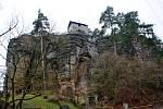 Skalní hrad Sloup posloužil jako kulisa pro pohádky Anička s lískovými oříšky a S čerty nejsou žerty.