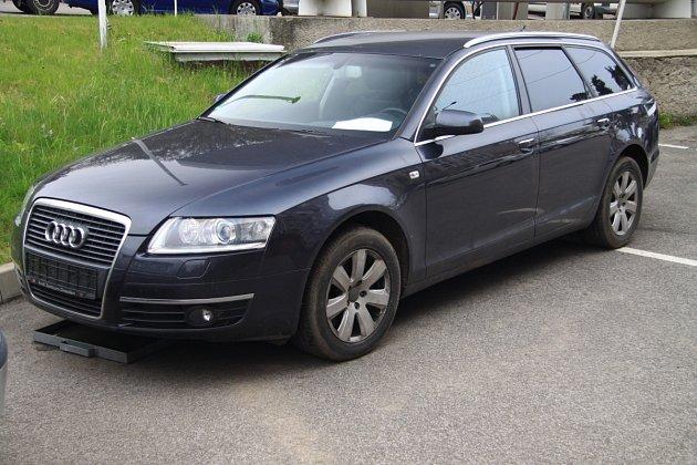 Ve Volfarticích si gang schovával Audi A6, kterou zloději přivezli zNěmecka.