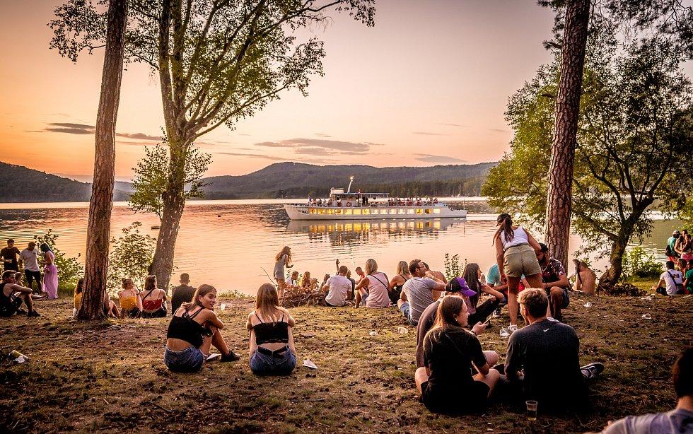 Festival Mácháč Forever u Máchova jezera.