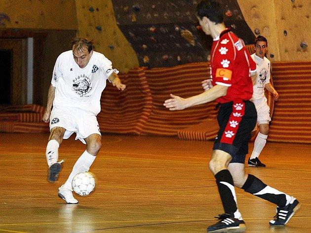 """Futsalová divize """"A"""" má za sebou páté kolo. Domácí celek FC Démoni Česká Lípa přivítal Slávii Liberec, se kterou se po dramatickém souboji rozešel spravedlivou remízou 6:6. Sysel se snaží prostřelit Beránka."""