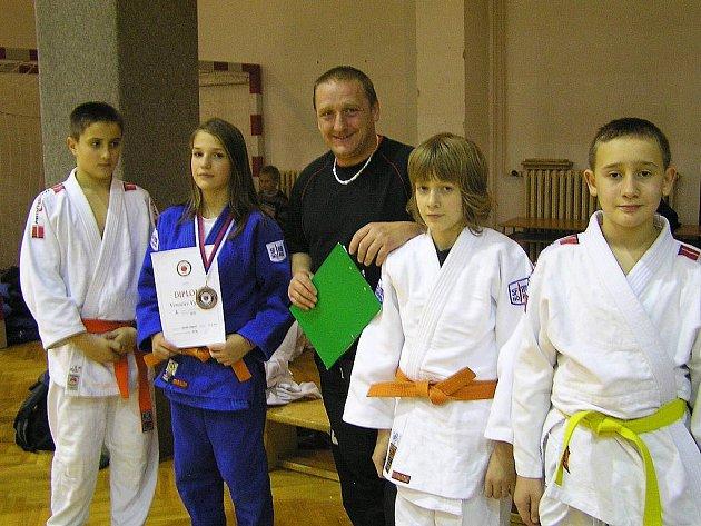 Čtveřice svěřenců trenéra Michala Vydry (uprostřed) odjela z republikového šampionátu v judu spokojena.
