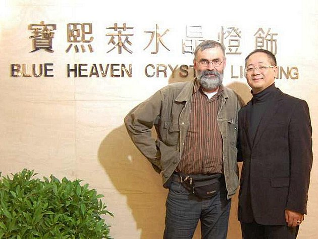 PEKING, ŠANGHAJ, HONG KONG. V těchto městech proběhne výstava prací studentů a pedagogů SUPŠS v K Šenově. To vše pod záštitou čínské firmy Blue Heaven Crystal Lighting. Na snímku její obchodní ředitel Raymond Chui s ředitelem SUPŠS Františkem Janákem.a