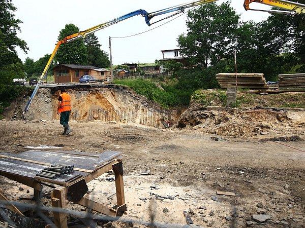 Oprava mostu uMimoně komplikuje dopravu vširokém okolí.