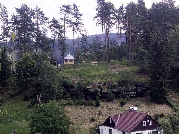 Nový altánek ve vyhlídkové části Meixnerovy stezky v Horním Prysku. Rozhlížet se z něj můžete po Prysku, který letos zvítězil v soutěži vesnice roku Libereckého kraje.