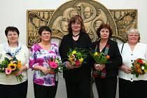 Ocenění, včetně malé finanční odměny, si od starostky Hany Moudré a místostarosty Tomáše Vlčka převzala Lenka Taibrová, Eva Truxová, Eva Vítová, Blanka Ludvíková a Eva Hellerová (na snímku zleva).