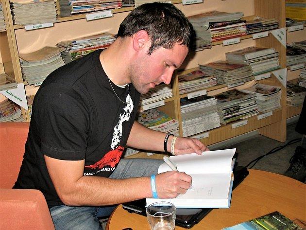 Dominik Rubáš při autogramiádě v českolipské knihovně.