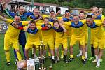 Patnáctý ročník dokského turnaje v malé kopané vyhráli Kuželkáři Mělník (žluto-modré dresy).