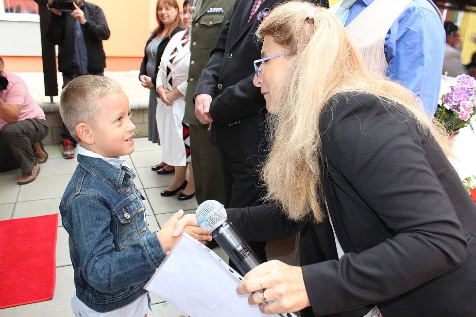 Netradiční přivítání nových školáků si připravili v Kravařích. Prvňáčky přivítali zástupci armády.