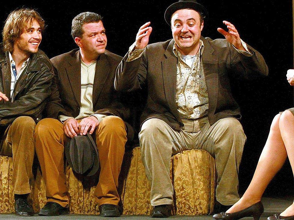 Do novoborského divadla ve čtvrtek zavítala pražská Divadelní společnost Háta, aby pobavila hudební komedií o partě tří fasádníků, kteří se ve velkoměstě snažili získat srdce dam na úrovni.