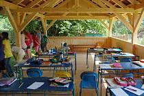Škola v Oknech má novinku. S pomocí obce vybudovala venkovní učebnu. Žáci si ji pochvalují.