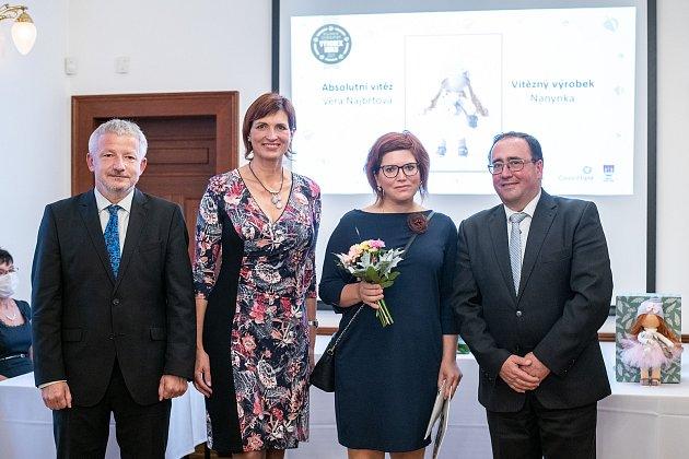 Absolutním vítězem třetího ročníku soutěže Regionální českolipský výrobek roku se stala textilní dekorativní panenka Nanynka od Věry Najbrtové zNového Boru.