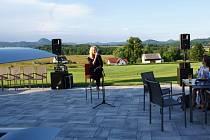 Na slavnostním zahájení 18 jamkového golfového hřiště zazpívala Martina Pártlová.