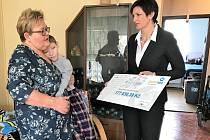 Starostka České Lípy Jitka Volfová předala cca 600 tisíc korun ze sbírek pro Dominka, Vanesku a Lukáše.