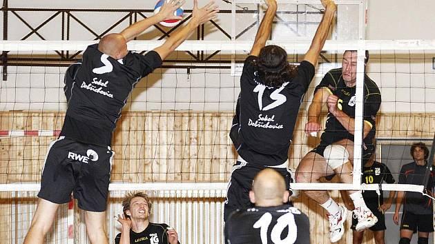 První výhru v sezoně 1. ligy vybojoval nováček soutěže, volejbalisté Lokomotivy Česká Lípa, kteří přehráli rezervu ČZU Praha 3:1 na sety.