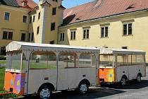 Vláček pro turisty na nádvoří zámku v Doksech.