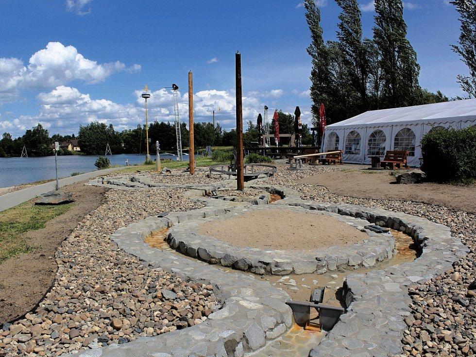 Zmenšená řeka z betonu a kamení už týden láká malé i velké na pláži rekreačního areálu v českolipské Dubici.