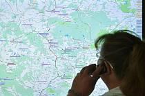 Kde se zrovna nachází až 2608 autobusových a 539 vlakových spojů denně, sledují od včerejška na libereckém krajském dispečinku. Mapa na obrazovce dispečerům ukazuje také aktuální uzavírky.