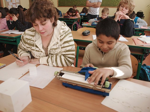 David se svou asistentkou při výuce matematiky.