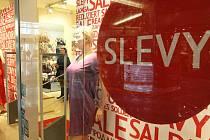 Šílenství před Vánocemi skončilo, na řadu  přicházejí povánoční výprodeje.