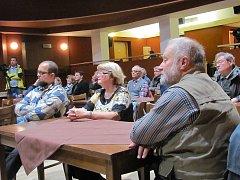 S hejtmanem přišlo besedovat asi třicet lidí.