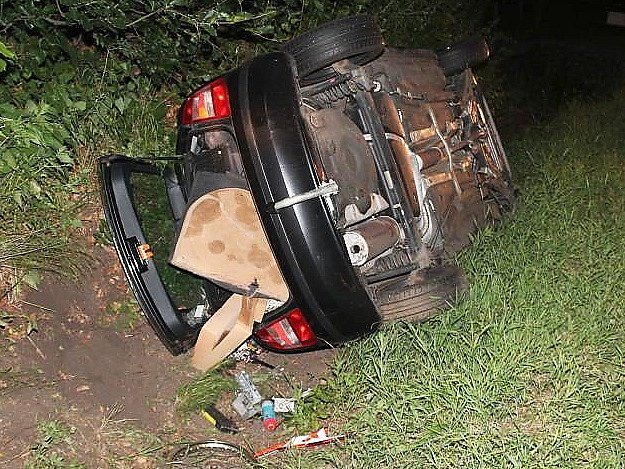 Nedělní nehoda na Práchni. V pravotočivé zatáčce sedmadvacetiletý šofér nezvládl řízení a havaroval do silničního příkopu, kde se auto převrátilo na levý bok.