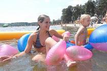 Na plné pláže z minulých let mohli provozovatelé koupališť na Českolipsku jen vzpomínat, čáru přes rozpočet jim udělalo počasí.