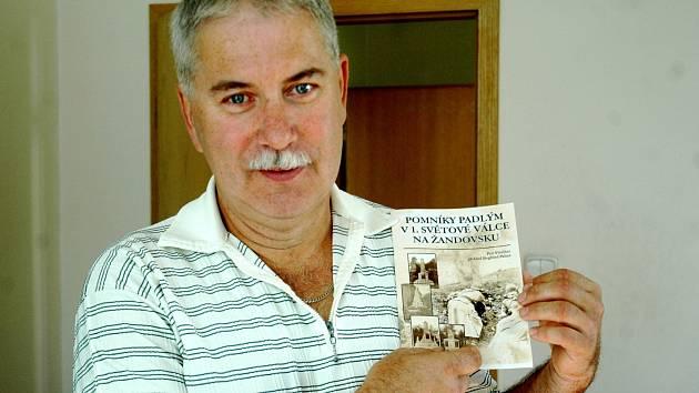 Petr Fletcher na snímku se svou publikací.