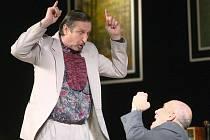 V komedii Co v detektivce nebylo se mohli diváci přenést do spořádané anglické rodiny nedaleko Londýna, kde jsou mlhavé večery nad Temží jako stvořené pro zločin.